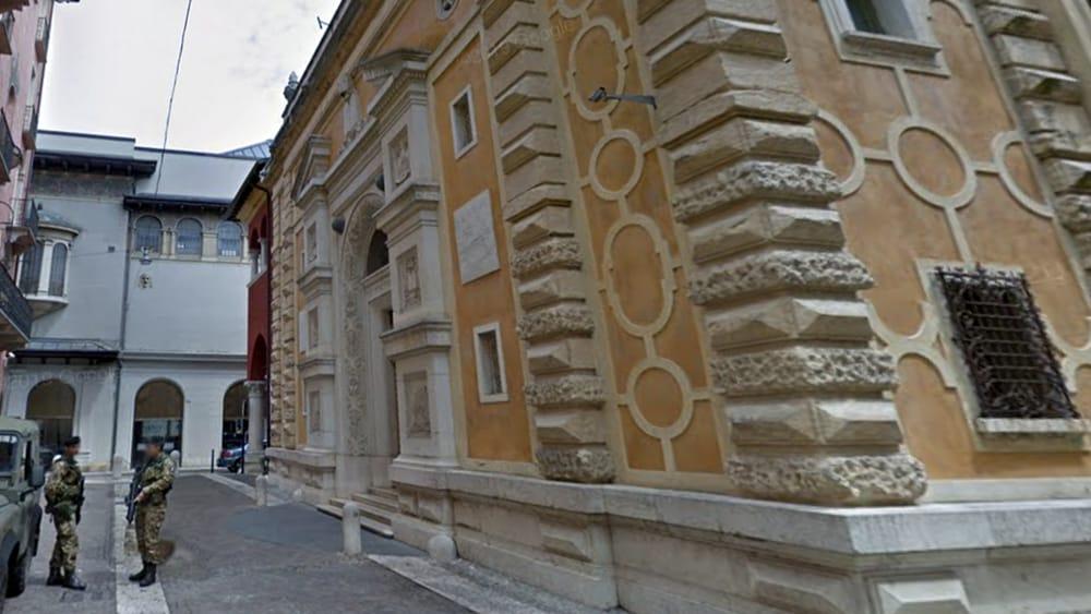 Cadono pezzi di cornicione dalla sinagoga a Verona: sul posto i pompieri - Verona Sera