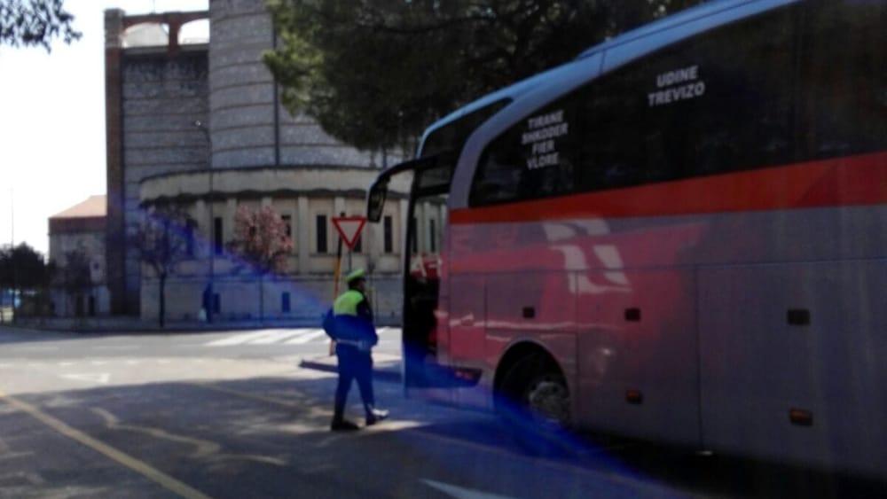 Irregolarità riscontrate sul bus  la Polizia municipale blocca una gita abfba517554