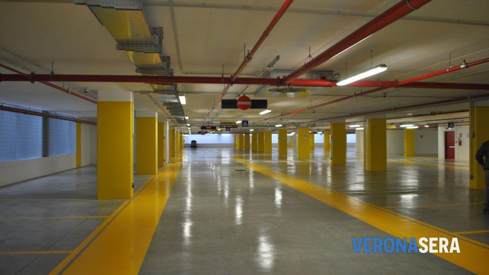 Meno parcheggi gratuiti e pi multe i veronesi evitano il - Mezzi pubblici verona porta nuova ...