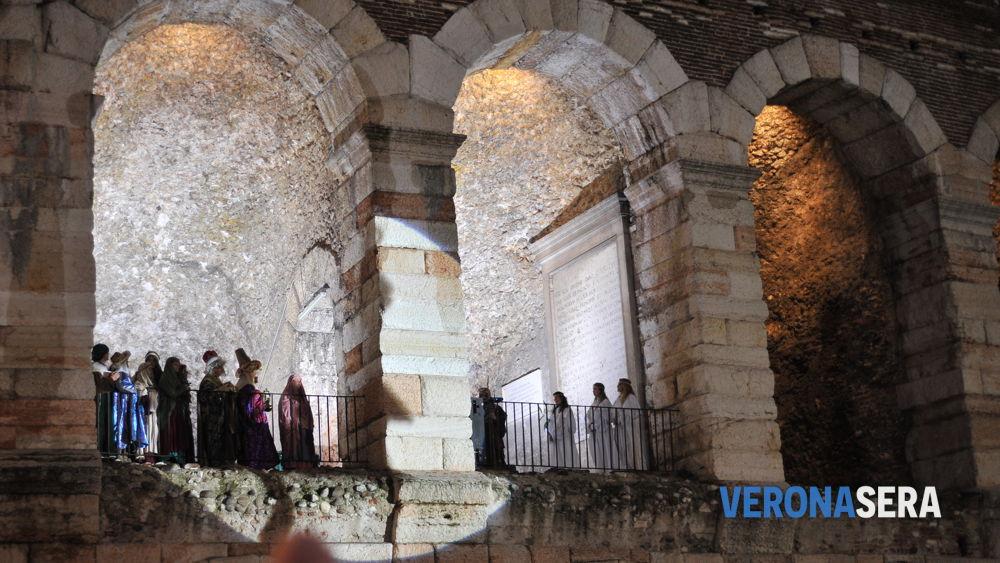 """Befana a Verona: il """"brusa la vecia"""" in piazza Bra nel 2014"""