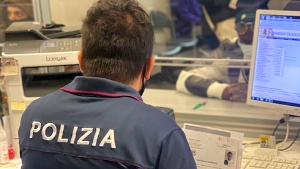 Verona | Va in Questura con il passaporto falso per ...